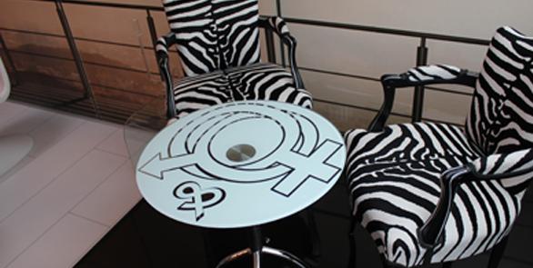 Fabrication d'un sticker personnalisé d'après le fichier du client pour la décoration d'une table basse.
