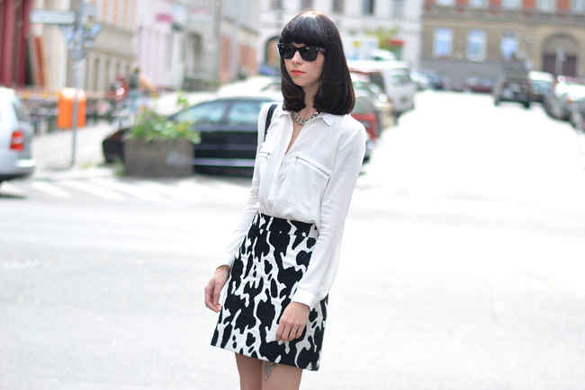 Outfit ZARA cow skirt white blouse CATS & DOGS outfit blog Berlin 7