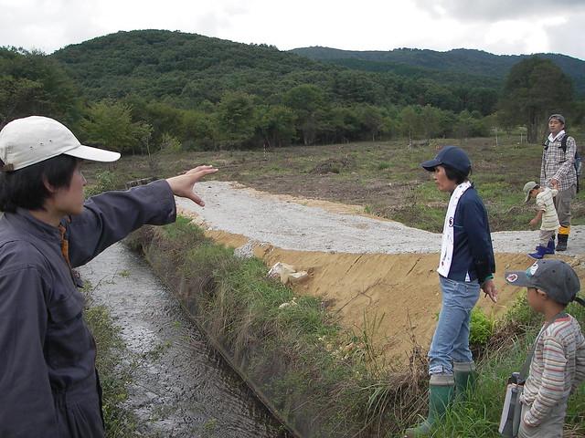 今年の工事地の三面張り水路を見学.ここを取水堰にし,導水路を設置する.