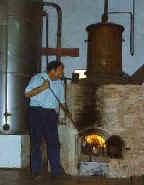 Julián Segarra destilando licor con su alambique