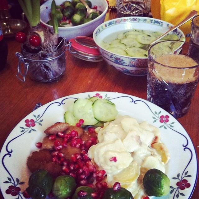 Jullunch: tzay, potatisgratäng, inlagd gurka, brysselkål med granatäpple och hemgjord bearnaisesås (ej med på bild). #vadveganeräter
