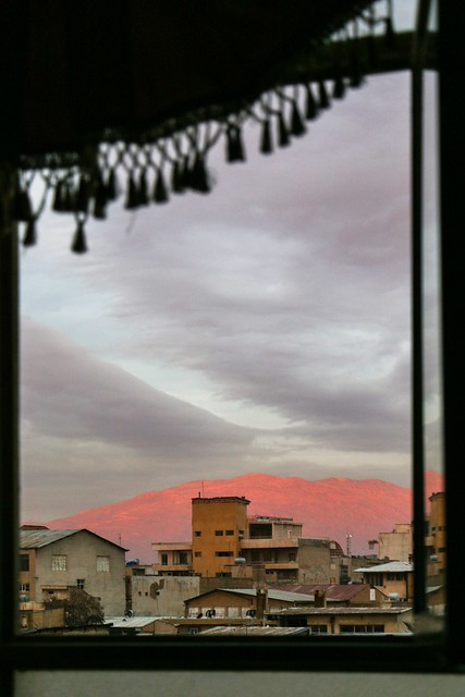Mountains turned red in the morning sun, Shiraz シラーズ、朝日に赤く染まった山