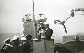 Sekstanttiharjoitus vartiolaiva Turjan peräkannella vuonna 1950