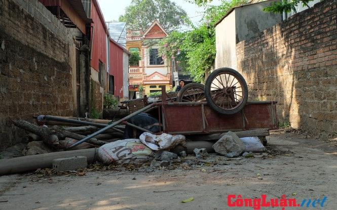 Những con đường dẫn vào thôn Hoành, xã Đồng Tâm đều có vật chắn, còn người dân thì đặc biệt cảnh giác với người lạ. Ảnh chụp chiều 19-4. Ảnh: Xuân Long