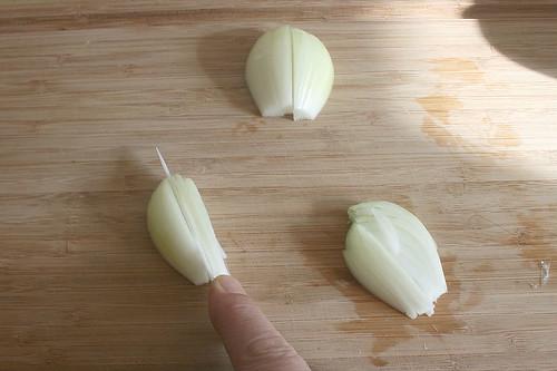 13 - Zwiebel in Streifen schneiden / Cut onions in stripes