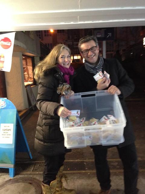 Julia Ney und Frank Hauser beim Plätzchenverteilen in Starnberg