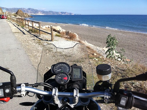 BMW F650GS frente a la playa