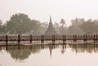 Attēls no  Sukhothai Historical Park pie  Ban Na. bridge sunrise canon thailand asia southeastasia december lotus sukhothai chedi oldsukhothai historicalpark 泰国 สุโขทัย ราชอาณาจักรไทย ประเทศไทย 2013 canonefs1755mmf28isusm canon450d อุทยานประวัติศาสตร์สุโขทัย sukhothaimuangkao