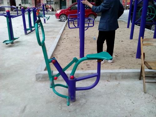 Equipement de gymnastique dans un square à SanYa (Hainan, Chine)