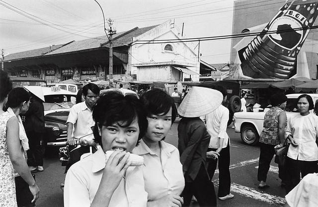 SAIGON 1972 - Photo by Anthony Hernandez - Đường Lê Lai, Nhà ga xe lửa & Trạm vé Hàng Không Việt Nam