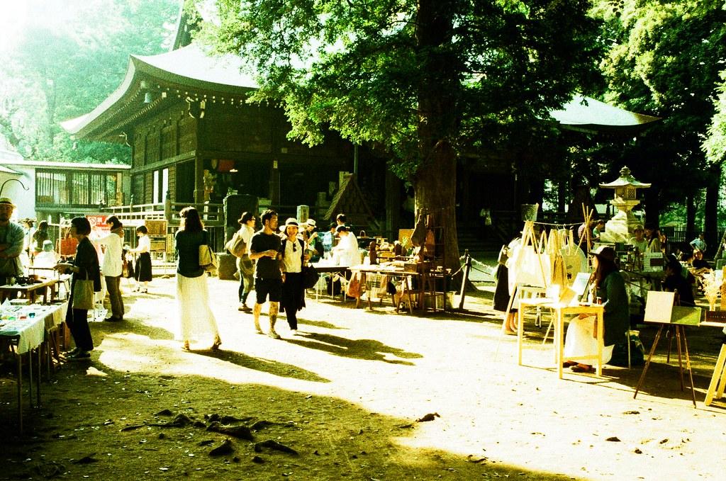 鬼子母神社 Tokyo, Japan / Lomography Slide, XPro / Nikon FM2 這次來剛好有市集,在逛的時候有稍微刻意的注意一樣東西,但很神奇的好像都沒有出現,所以看來上一份工作的公司還需要在努力吧!  那時候是下午時候,陽光就從樹縫間穿了進來,我找一個位置希望可以把陽光、神社、市集一起放進去。  Nikon FM2 Nikon AI AF Nikkor 35mm F/2D Lomography Slide / XPro 200 ISO 35mm 4942-0011 2016/05/22 Photo by Toomore