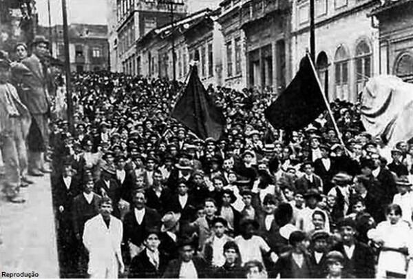 Marcha para o enterro de José Ineguez Martinez, operário espanhol morto pela polícia e mártir da Greve Geral de 1917 - Créditos: Autor desconhecido