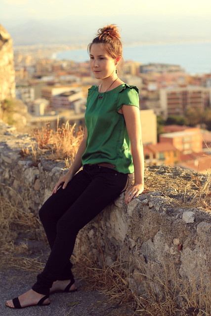 jeans negros y top verde