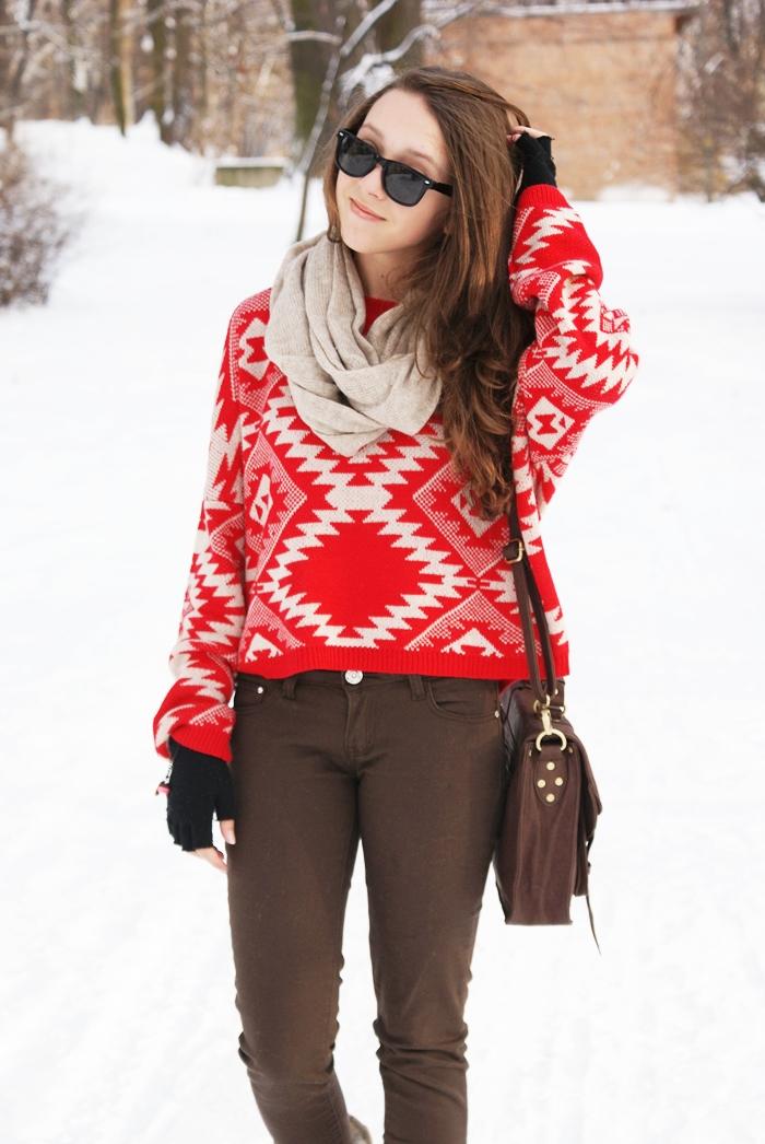 czerwony sweter z azteckim wzorem