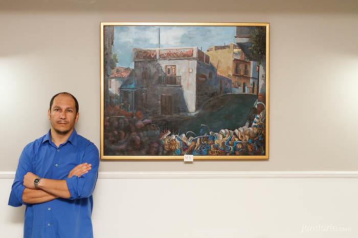 Moreno-Mata con un cuadro de la serie ElArteInesperado. Torre del Mar, 1 agosto 2013.