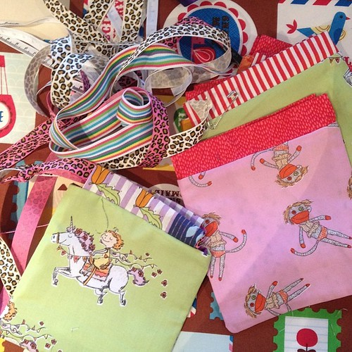 Because I love @sewjustinesew I'm a drawstring pouch production line today