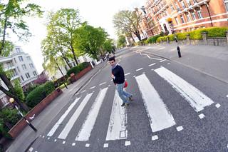 Cruzando la famosa calle Abbey Rd que The Beatles hicieron grande abbey road - 11756443145 84ba5d24fb n - Abbey Road de Londres, el paso de peatones más famoso