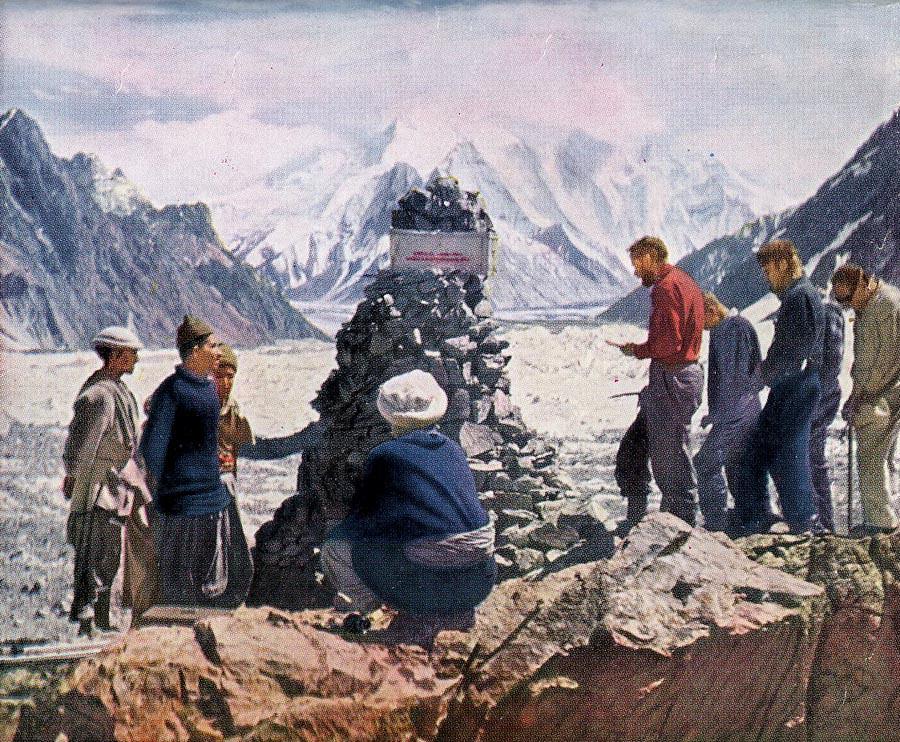 Οι βαστάζοι Hunza έχτισαν με πέτρες ένα τάφο στη μνήμη του Art Gilkey...