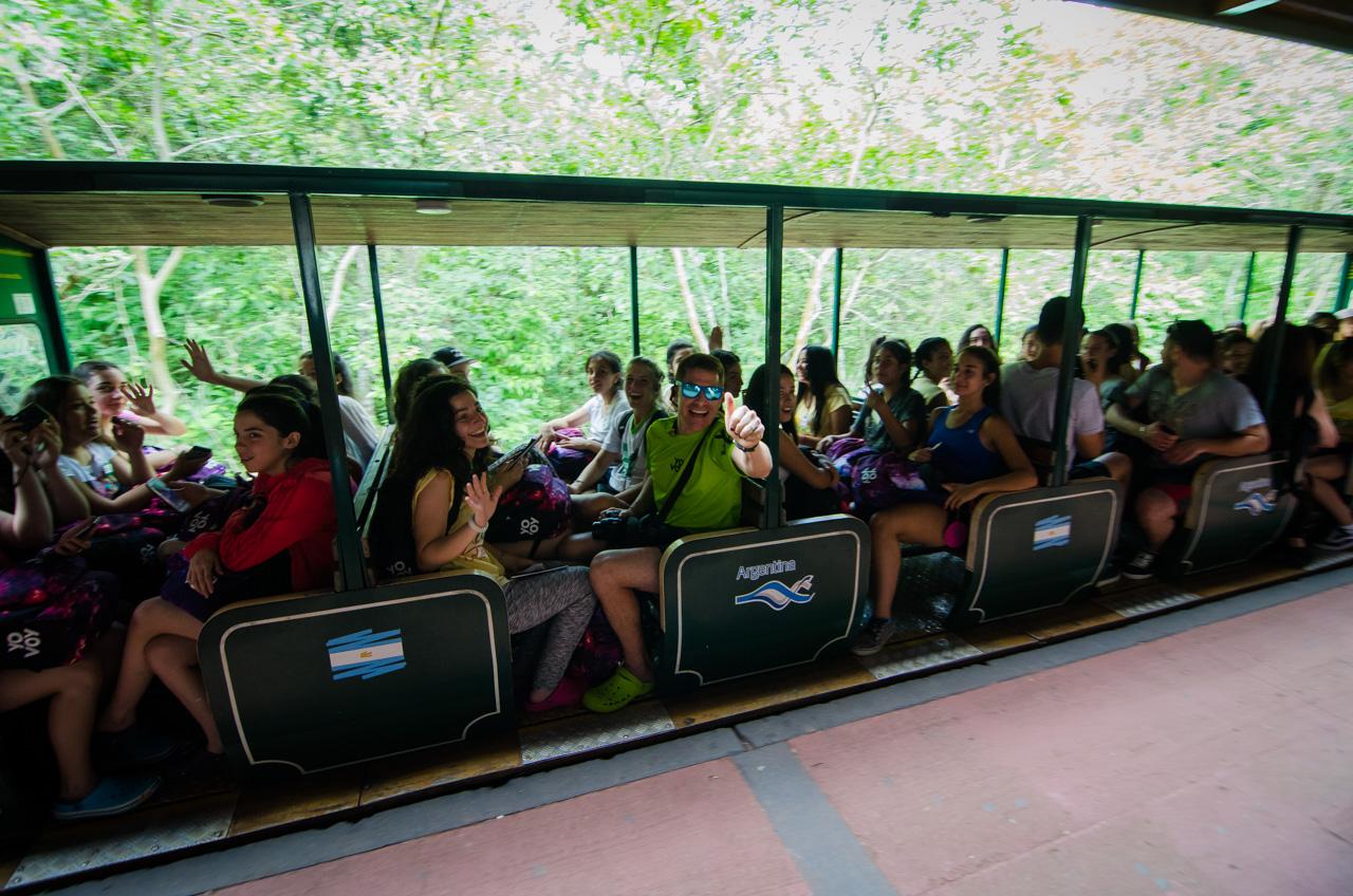 Arranca el tren que transporta a los turistas desde la estación central del Parque Iguazú hasta la zona de las cataratas. El derecho al uso de este transporte es libre y gratuito en el Parque. (Elton Núñez).