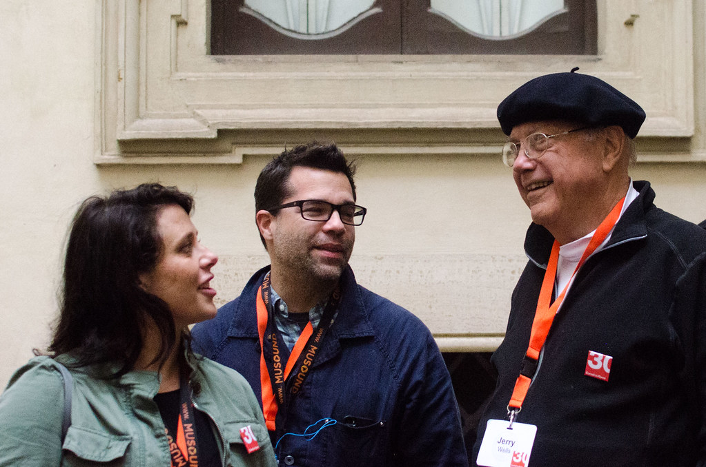 Professor Jerry Wells (at right) catches up with former students at Palazzo Santacroce.  photo / Maddy Eggers (B.Arch. '19)