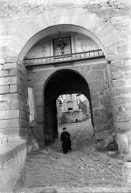 Puerta de Valmardón  en 1935. Fotografía Josep Gaspar i Serra © Arxiu Nacional de Catalunya. Signatura ANC1-23-N-1555