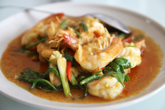 Goong pad pongkari (shrimp in a Thai yellow egg curry กุ้งผัดผงกะหรี่)