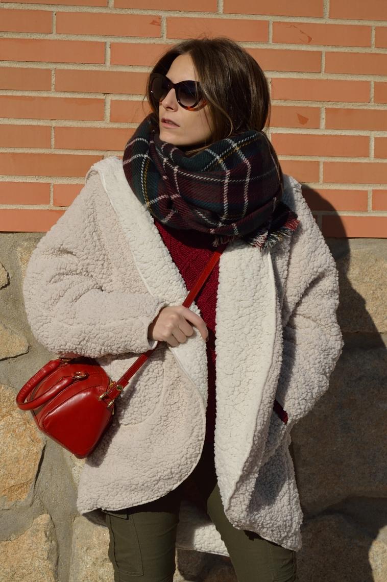 lara-vazquez-madlula-red-bag-cozy-coat-tartan-foulard-chic-style-fashion-blogger-cat-sunglasses