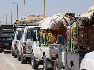 Coches de la Expedición Kamal a punto de salir de El Kharga (Egipto)