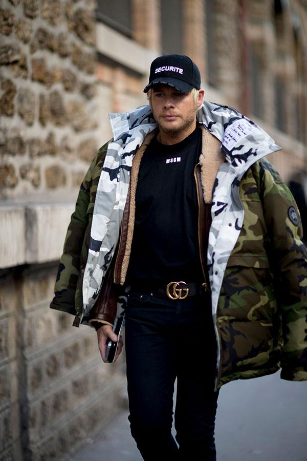 黒キャップ×カナダグース迷彩ダウンジャケット×ブラウンレザージャケット×MSGM黒Tシャツ×黒パンツ