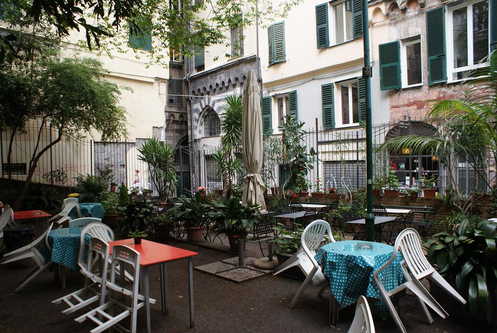 Petite terrasse au coeur du centre historique de Gênes.