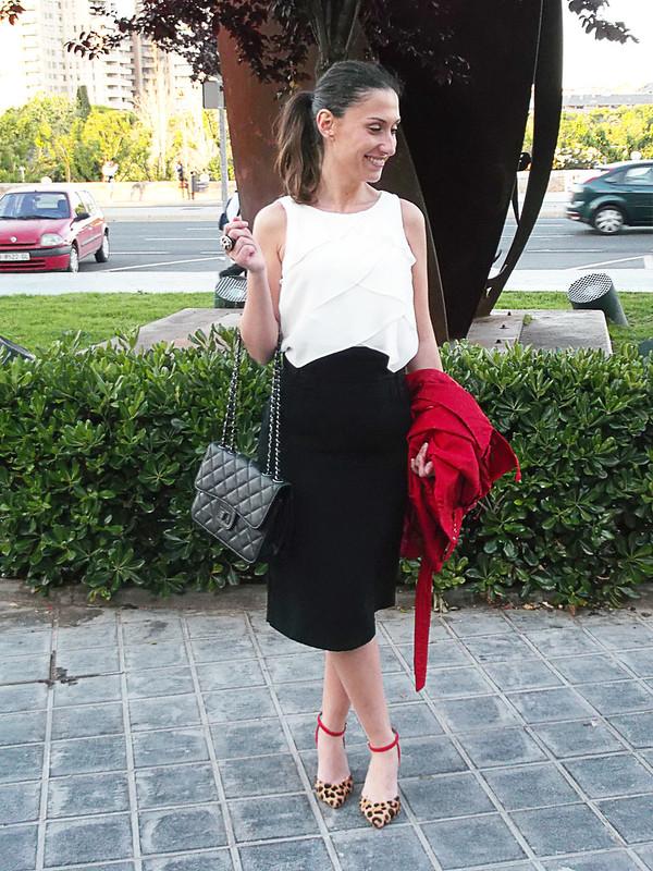 falda lapiz, top gasa blanco, zapatos leopardo, tacones gatita, pencil skirt, white chiffon top, trench, leopard print, kitten heels