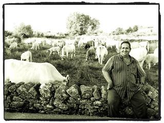 Es el dueño de las vacas, es majo.