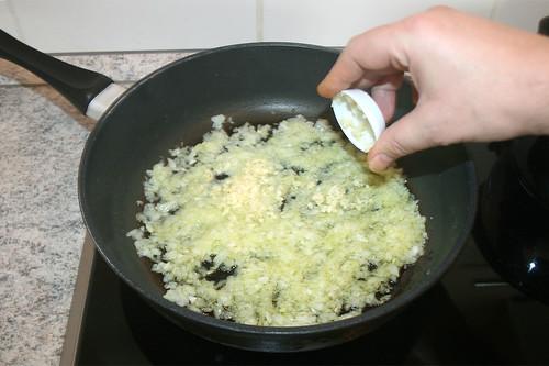 28 - Zwiebeln & Knoblauch andünsten / Braise onions & garlic