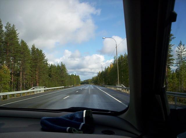 Carretera finlandesa mojada