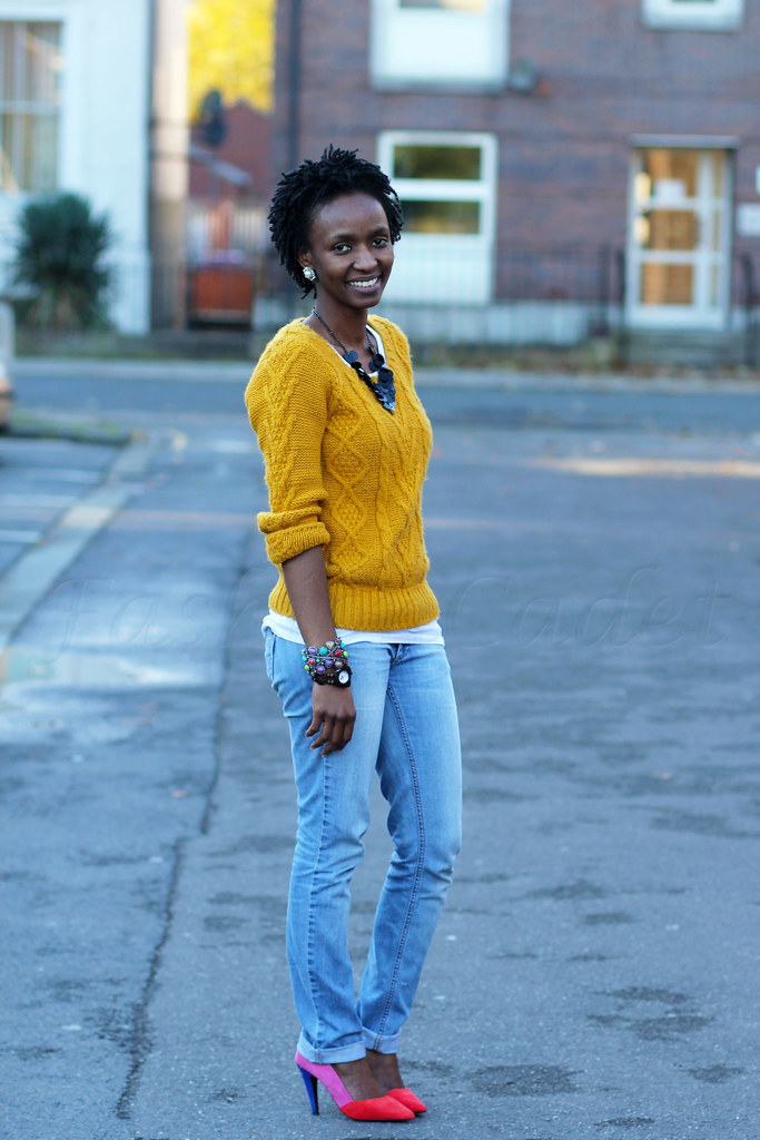 faded-jeans-&-colour-blcok-heels,mustard yellow sweater, faded boyfriend jeans, yellow sweater, mustard sweater, colour block heels colour block heels, textured sweater