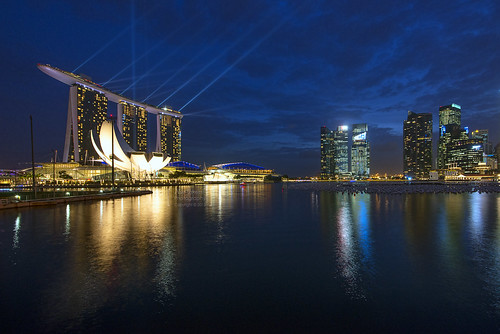 reflection skyline singapore skyscrappers bluehour marinabay marinabaysands singaporesciencemuseum