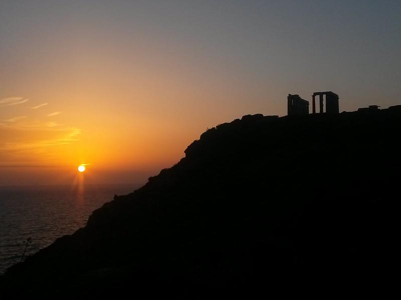El atardecer desde el Cabo Sounion es sin lugar a dudas uno de los más mágicos que existen en el mundo. Cabo Sounion - 12173756123 a1abd8e95e c - Cabo Sounion y el Templo de Poseidón