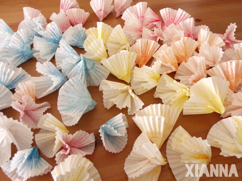DIY paper flowers with molds for cupcakes