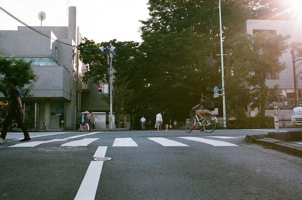 代官山 Tokyo, Japan / AGFA VISTAPlus / Nikon FM2 在這裡拍了一張重複曝光的作品,用的是妳的相機,而作品被 Lomography 選出來推薦。  但我突然想起來一件事,發現其實那時候用的不是 Lomo 的相機,只是用了 Lomography Purple 的底片。  似乎是這樣沒錯,但為什麼這時候才想到這件事?  Nikon FM2 Nikon AI AF Nikkor 35mm F/2D AGFA VISTAPlus ISO400 1000-0015 2015-10-03 Photo by Toomore