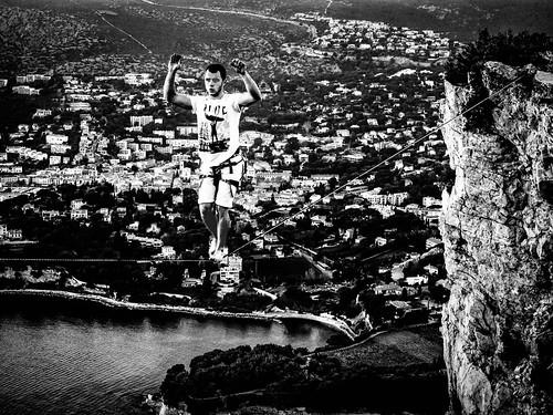 Alexis Touchard en équilibre sur la falaise de Cap Canaille