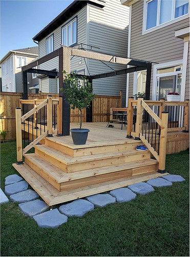 Capital deck and fence ottawa fencing deck contractors for Cedar decking pros and cons
