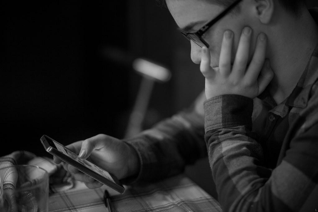 Estudiante leyendo de una tableta.