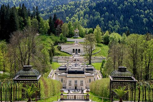 Perspective sur la château de Linderhof et ses jardins (Bavière)