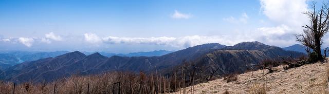 丹沢山から蛭ヶ岳への稜線と丹沢三峰を経て宮ケ瀬湖に連なる稜線