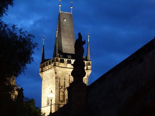 Imagen nocturna del Puente de Carlos (Praga)
