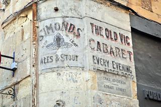 Esquina con un cartel de un viejo Cabaret. The Old Bic Cabaret