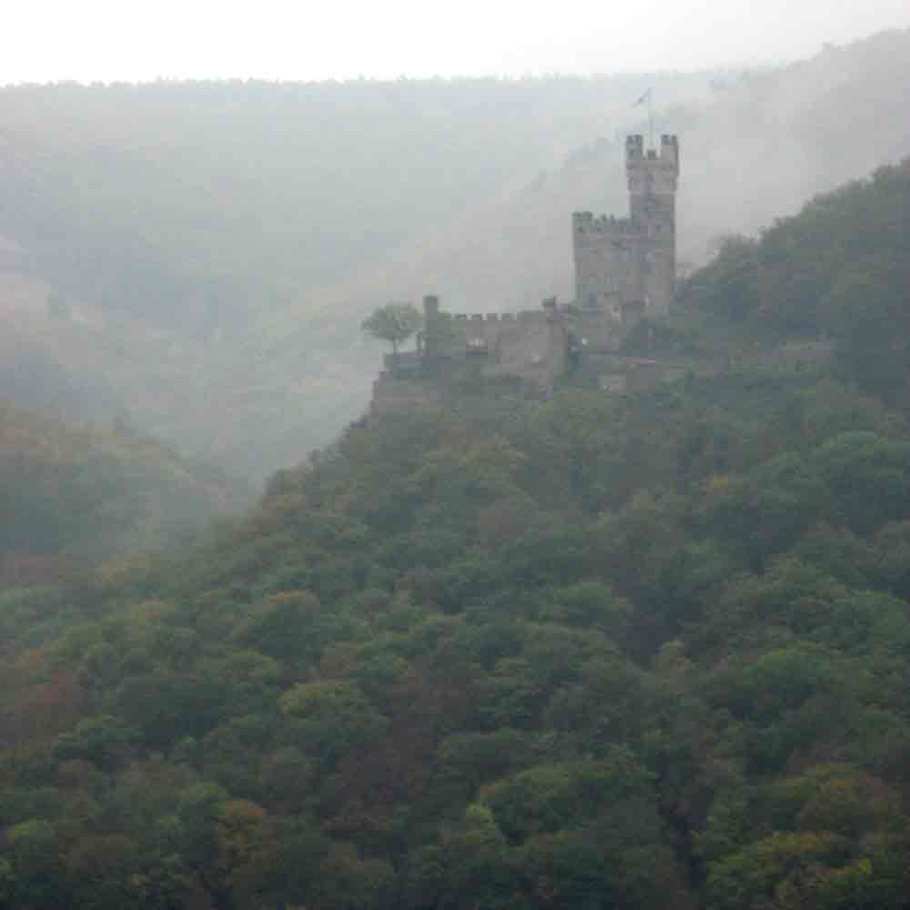 6. Castillo entre la niebla junto al Rin. Sooneck. Autor, Doc(q)man