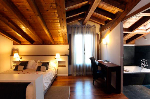 Hoteles con jacuzzi en la habitaci n selectahotels for Hoteles con habitaciones comunicadas