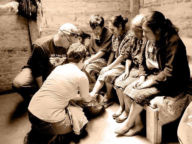 公益參訪團,讓老人一天被洗七次腳!