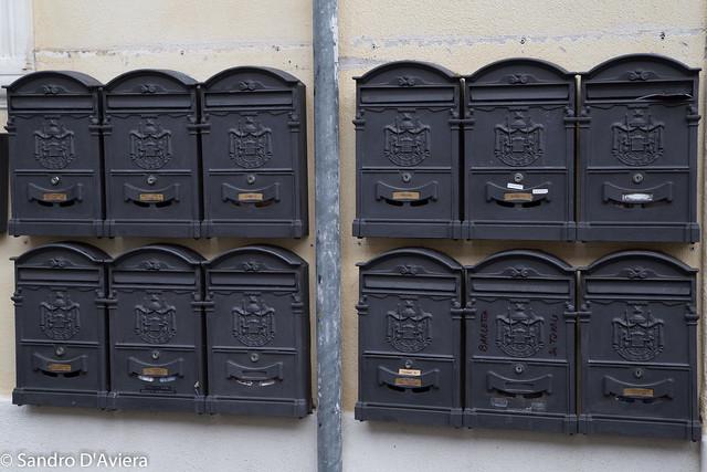 cassette postali mailbox : Cassette postali A letter box, letterbox, letter plate, le ...